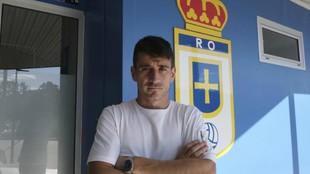Saúl Berjón posa para MARCA delante del escudo del Oviedo