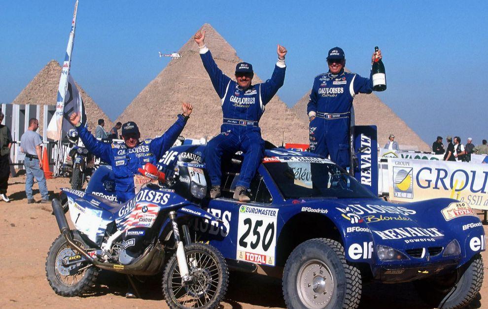 Jean Louis Schlesser celebra su triunfo en el Dakar 2000.