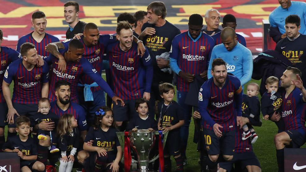 El Barcelona posa con el título de LaLiga.