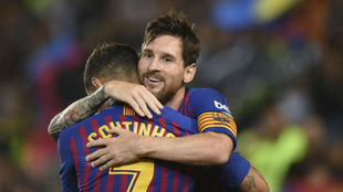 Messi abraza a Coutinho