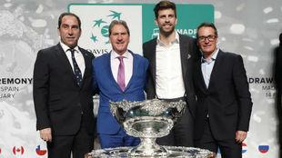 Costa, Haggerty (ITF), Piqué y Galo Blanco junto a la copa.