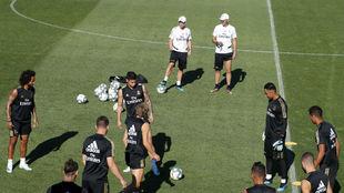 Zidane vigila el entrenamiento previo al viaje de su equipo antes de...