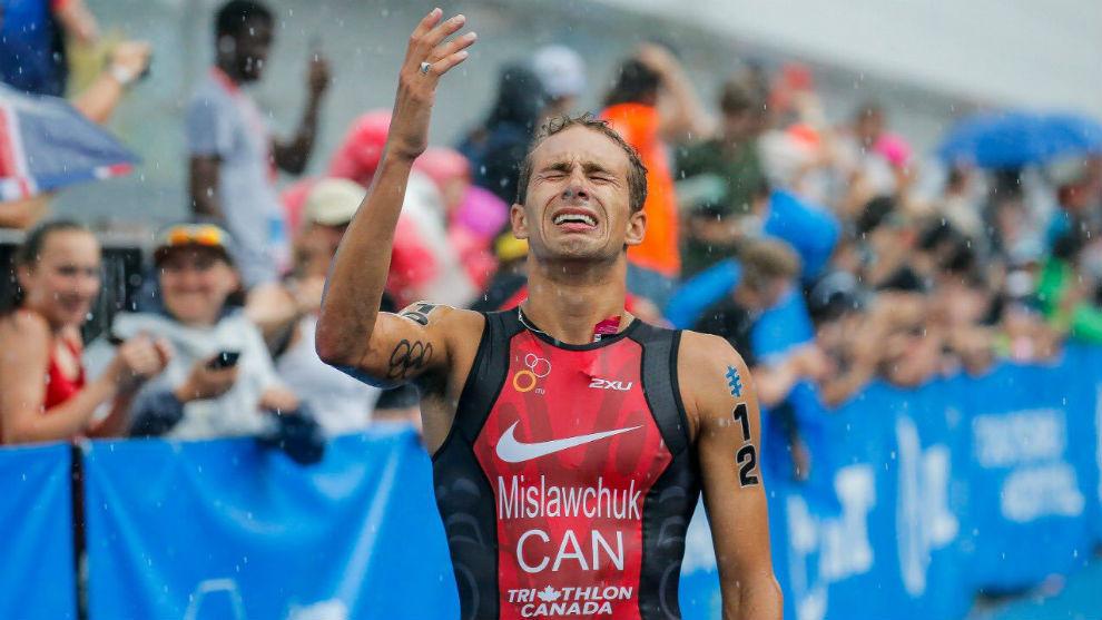 Tyler Mislawchuk celebra su victoria en Japón.