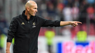 Zidane da instrucciones durante un partido.