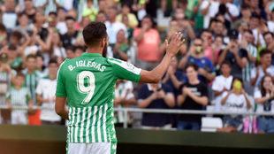 Borja Iglesias saluda a la afición en el Villamarín.