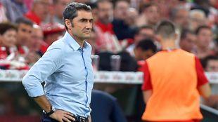 Valverde, con gesto serio, sigue el partido en el área técnica de...