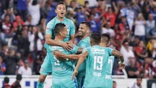 Elementos del Azul felicitan a Caraglio en uno de sus dos goles.
