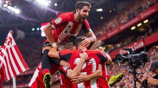 Raúl García salta sobre sus compañeros para celebrar la victoria en...