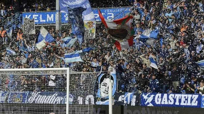 Aficionados del Alavés animan al equipo en Mendizorroza.