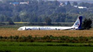 Tremendo aterrizaje forzoso de un avión ruso después de impactar con...