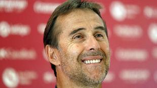 Lopetegui (52) sonríe en la sala de prensa de la Ciudad Deportiva.