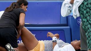 Naomi Osaka es atendida tras lesionarse.
