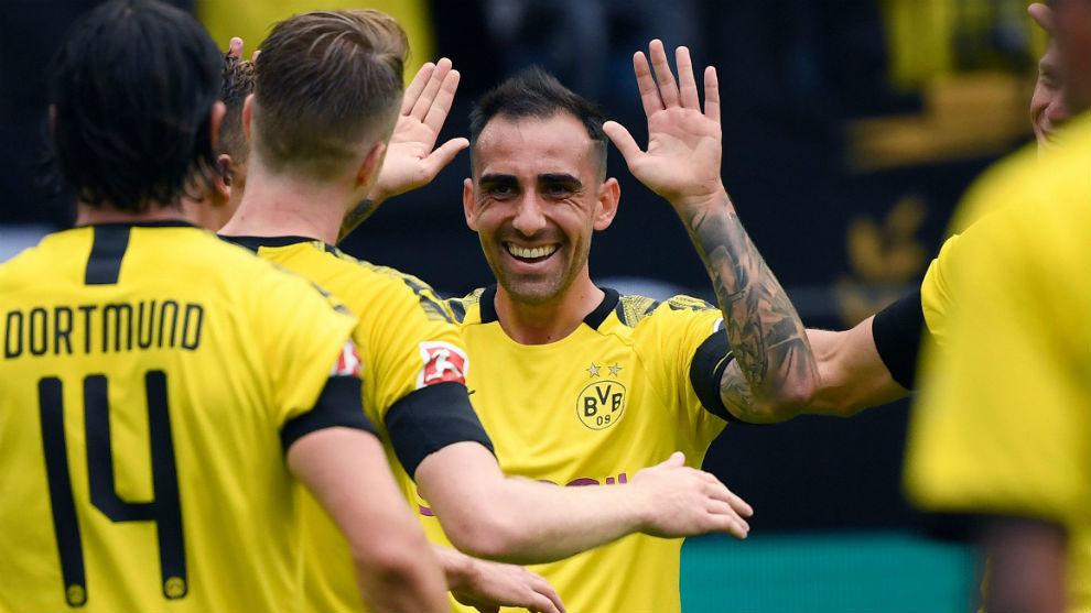 Paco Alcácer (25) celebra uno de sus goles con sus compañeros.