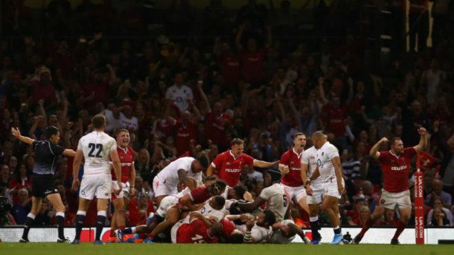 Los jugadores galeses celebran su histórica victoria.