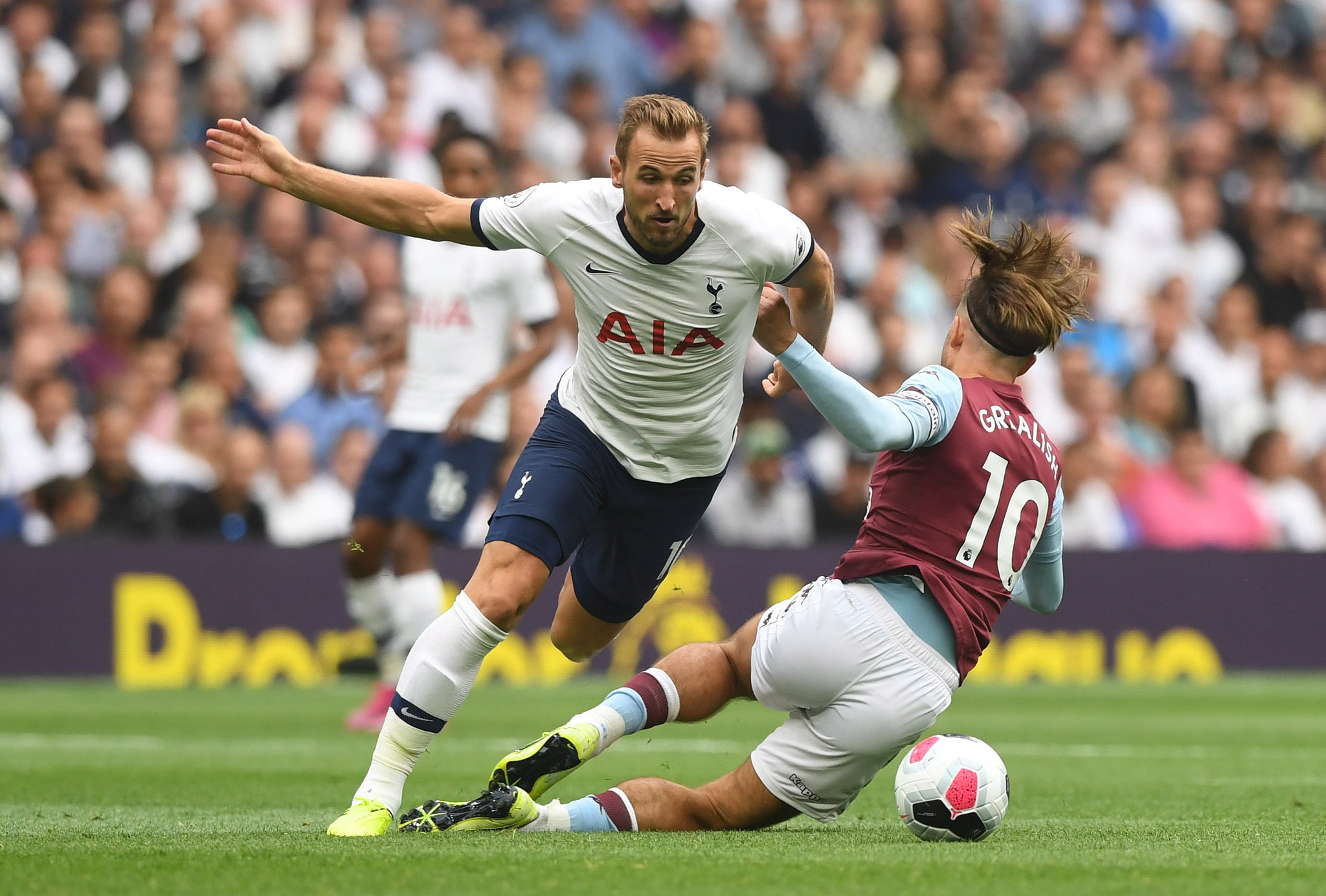 London (United Kingdom), 10/08/2019.- Tottenham Hotspurs Harry Kane (L) and Aston Villas Jack <HIT>Grealish</HIT> (R) in action during the English Premier League soccer match between Tottenham Hotspur and Aston Villa at the Tottenham Hotspur Stadium in London, Britain, 10 August 2019. (Reino Unido, Londres) EFE/EPA/NEIL HALL EDITORIAL USE ONLY. No use with unauthorized audio, video, data, fixture lists, club/league logos or live services. Online in-match use limited to 120 images, no video emulation. No use in betting, games or single club/league/player publications