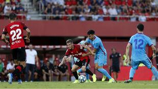 Febas pelea con Sergio por un balón.