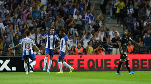 Zé Luís (derecha) anotó un triplete.