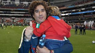 Ochoa con su hijo