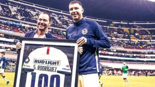 Rodríguez recibiendo su reconocimiento.