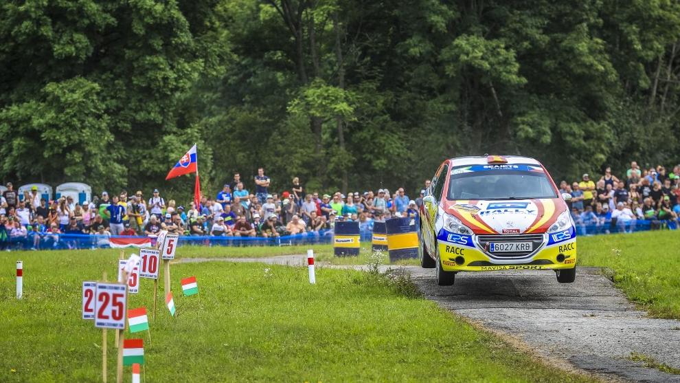 El piloto del Rally Team Spain por los tramos checos con su Peugeot...
