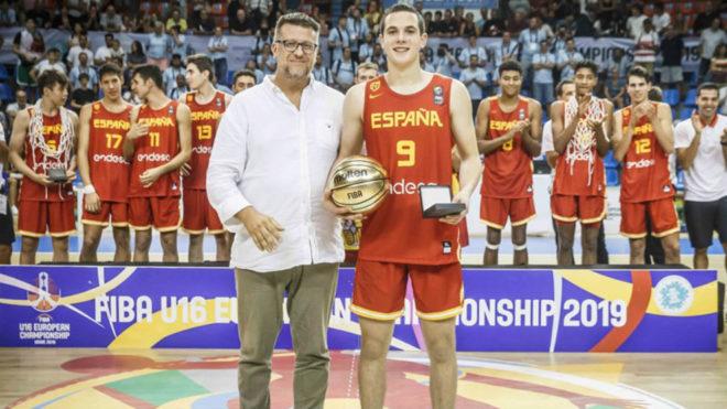 Rubén Domínguez posa con el premio MVP del Europeo Sub 16