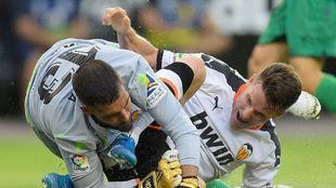 Moyá, en una acción del partido de ayer contra el Valencia en...