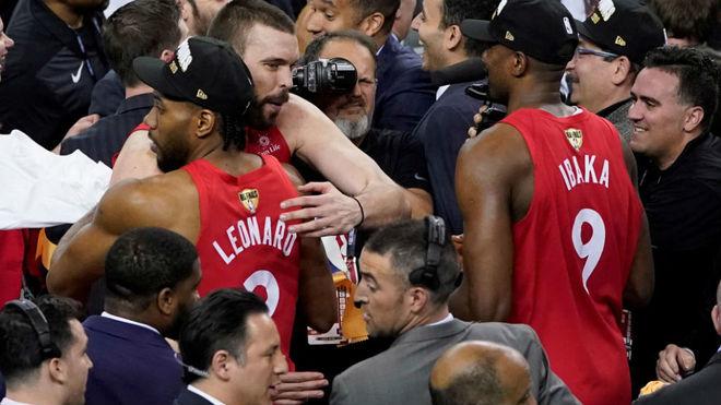 Marc Gasol se abraza a Kawhi Leonard tras ganar el anillo