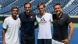 Federer, con los júniors Govind Nanda y Eliot Spizzirri