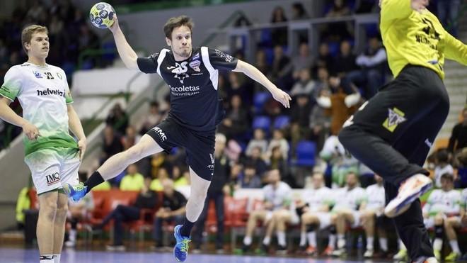 Miguel Camino (con el balón), extremo izquierdo del Atl. Valladolid /