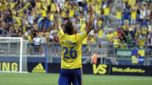 Javi Navarro celebra el primer gol del Cádiz.
