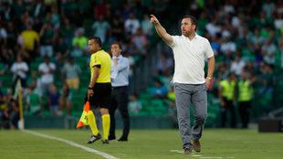 Sergio da indicaciones a sus jugadores en el Villamarín.