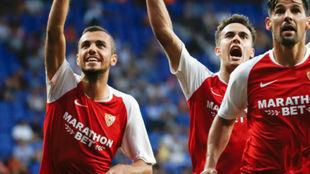 Jordán celebrando con sus compañeros la victoria del Sevilla.