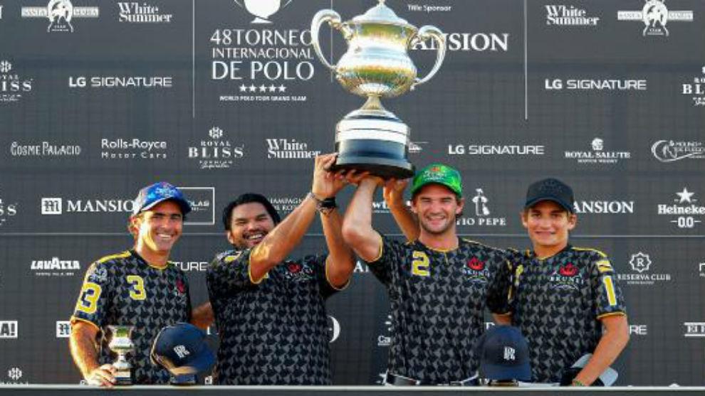 Los integrantes del Brunei Polo Team posan con el trofeo