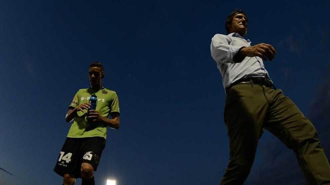 La falta de luz en el estadio al final del partido fue notoria.