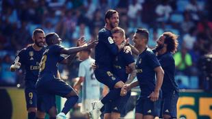 Los jugadores del Real Madrid celebran uno de los goles en Balaídos...