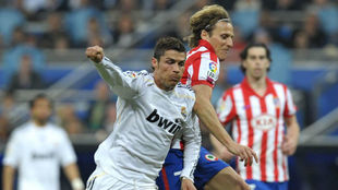 Forlán y Cristiano en un derbi madrileño.