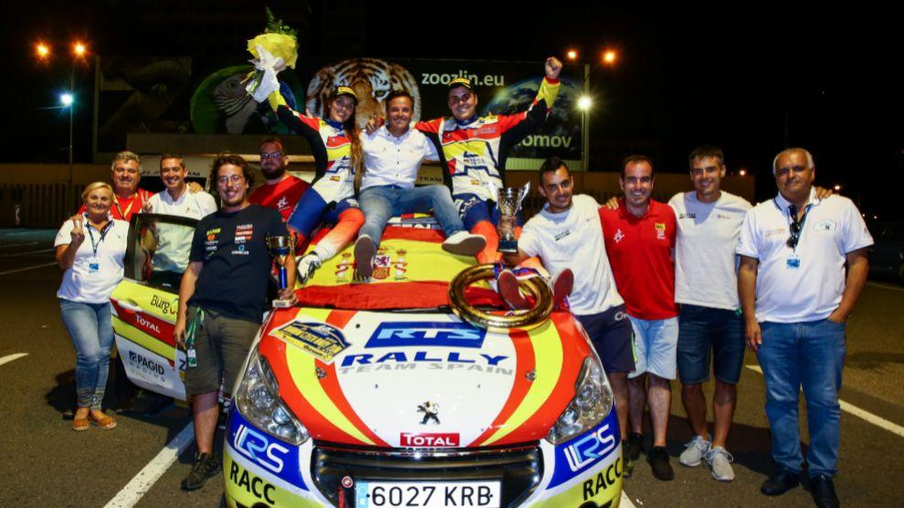 El Rally Team Spain celebrando conjuntamente la victoria y el título.