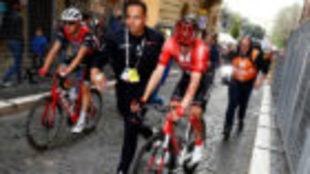 Tom Dumoulin con la rodilla ensangrentada tras caerse en el Giro.