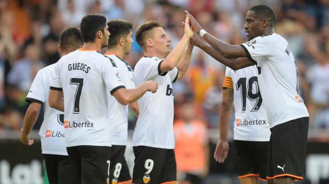 Konsogbia, Guedes y Solr felicitan a Gameiro por su gol a la Real.