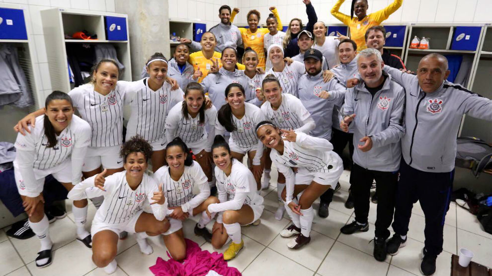 El equipo femenino del Corinthians celebra en el vestuario su victoria...