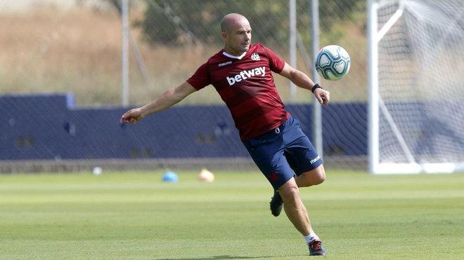Paco López, durante un entrenamiento con el Levante.