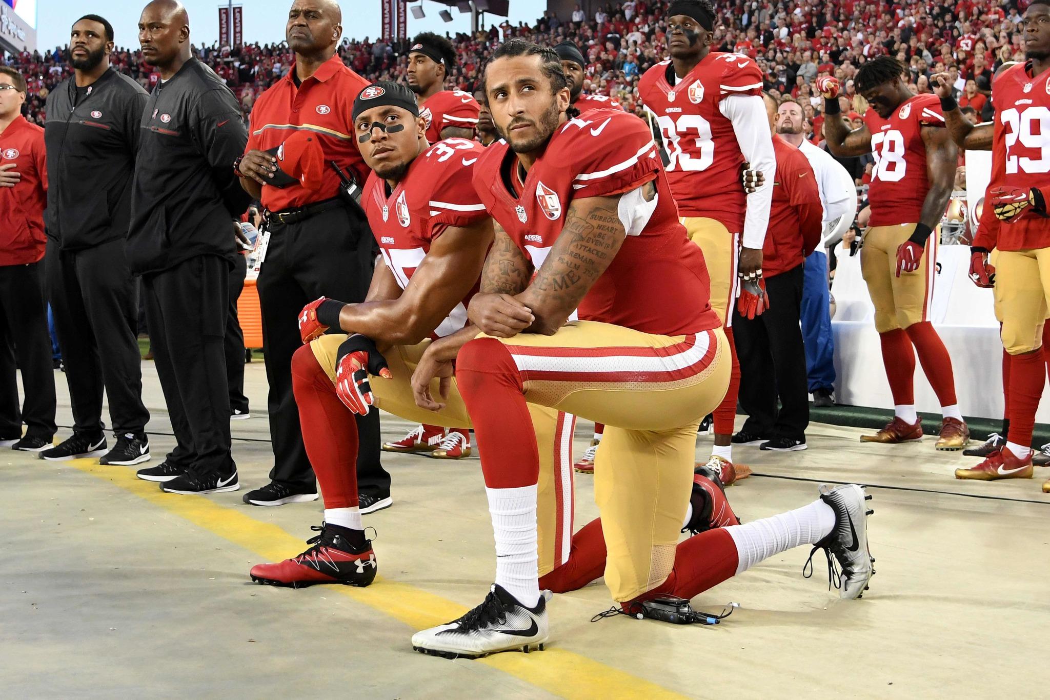 Colin Kaepernick (San Francisco 49ers) protestando rodilla en tierra...