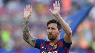 Messi saluda al público en el Camp Nou.