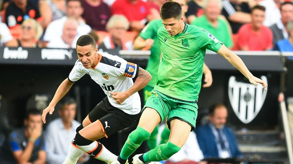 Igor Zubeldia regatea a Rodrigo, el sábado en Mestalla.