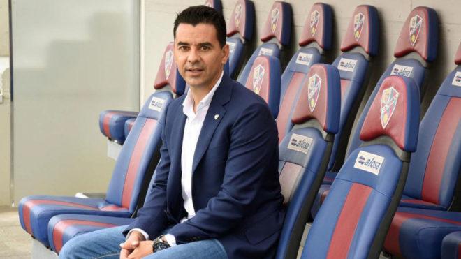 Míchel, técnico del Huesca, posa en el banquillo de su equipo.