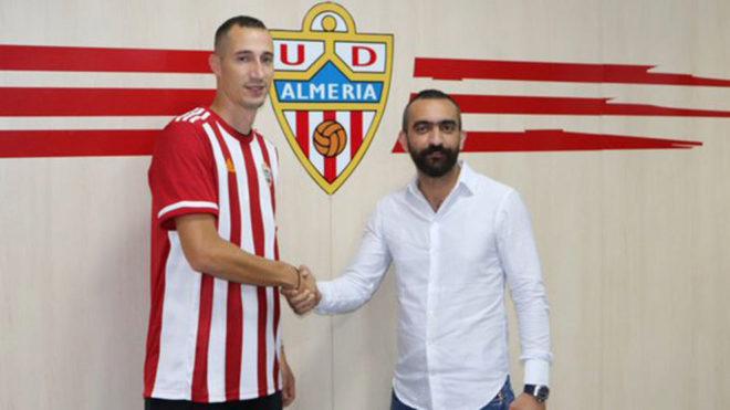 El centrocampista Petrovic, nuevo jugador del Almería.