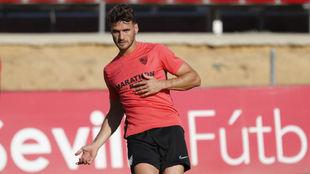 El defensa Sergi Gómez (27) golpea el balón en un entrenamiento.