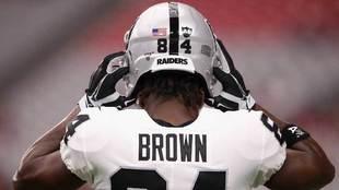 Antonio Brown (Oakland Raiders) con el casco con el que lleva jugando...