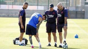 Messi señala la zona lesionada.
