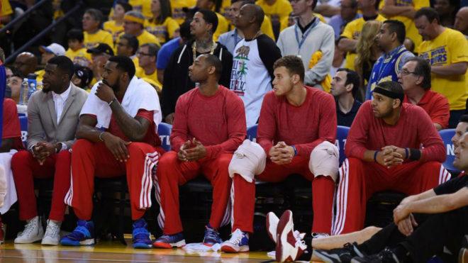 El banquillo de los Clippers con una camiseta roja en lugar de la...